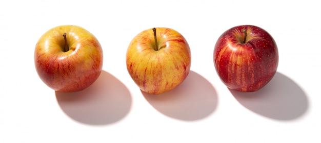 Pommes rouges fraîches isolés sur fond blanc