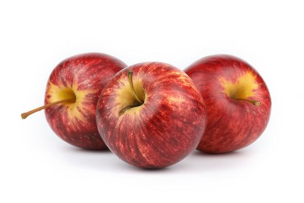 Pommes rouges fraîches isolés sur une surface blanche