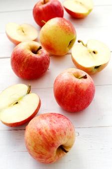 Pommes rouges fraîches sur une table en bois