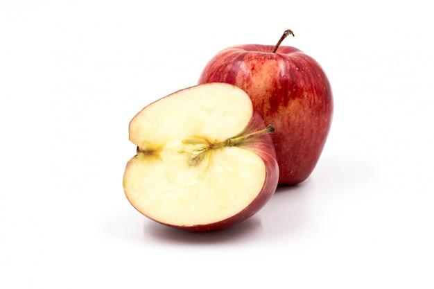Pommes rouges isolés sur fond blanc.