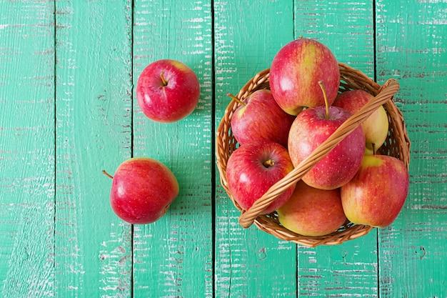 Pommes rouges mûres dans un panier