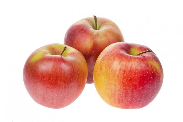 Pommes rouges mûres fraîches isolés