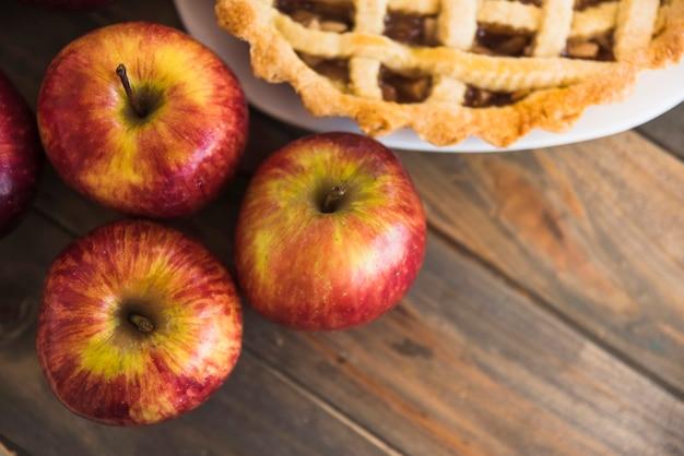 Pommes rouges près de charlotte