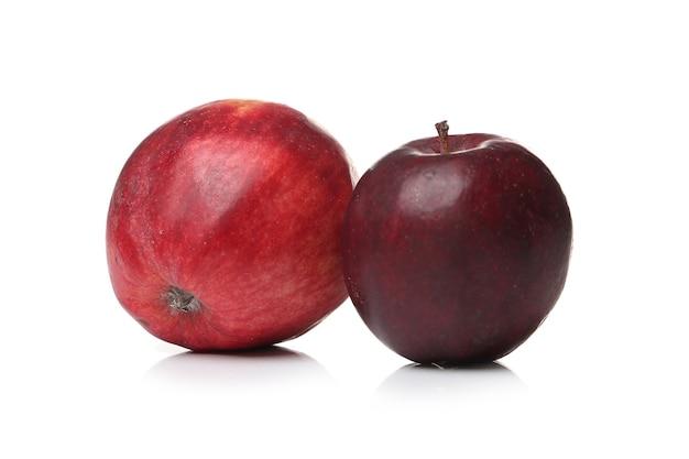 Pommes rouges sur une surface blanche