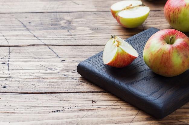 Pommes rouges sur une table en bois