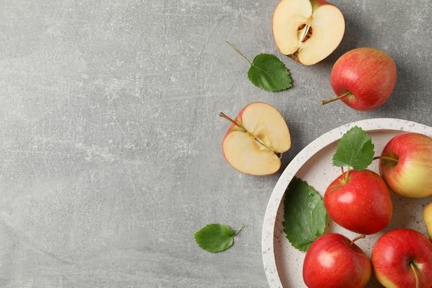Pommes rouges sur table grise
