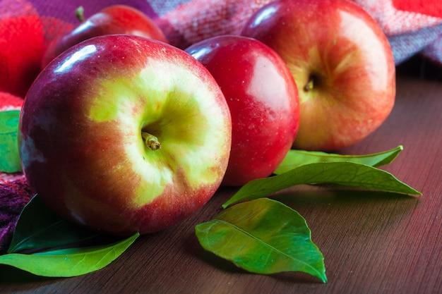 Pommes rouges sur la table se bouchent