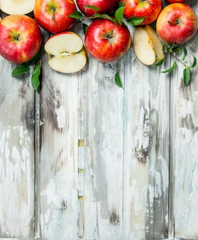 Pommes rouges et tranches de pomme.