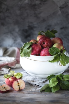 Pommes rouges et vertes dans un bol en céramique blanche