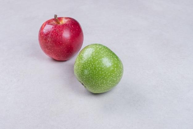 Pommes rouges et vertes fraîches sur fond blanc.