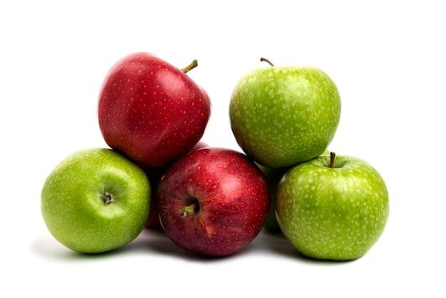 Pommes rouges et vertes fraîches isolées sur blanc.