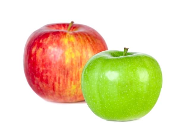 Pommes rouges et vertes isolés sur blanc. la nourriture saine.