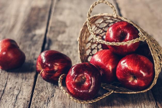 Pommes rouges sur la vieille table en bois