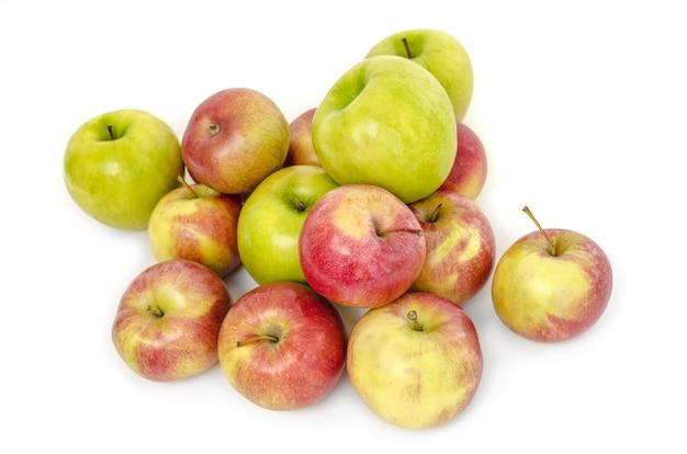 Pommes rustiques isolés sur blanc