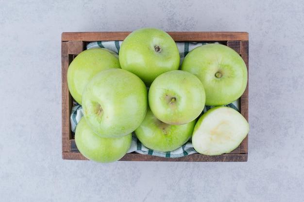 Pommes Savoureuses Vertes Dans Un Panier En Bois. Photo De Haute Qualité Photo gratuit