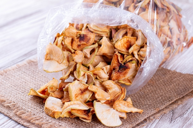 Pommes séchées dans un sac en plastique sur la table
