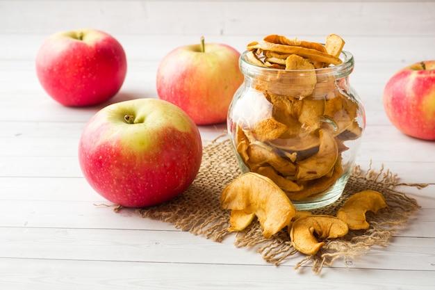 Les pommes sont fraîches et sèches avec des épices. bâtons de cannelle, étoile d'anis étoilé et clou de girofle.