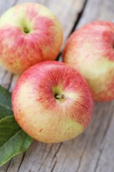 Pommes sur une surface en bois