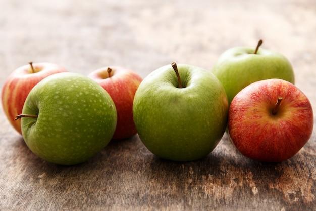 Pommes sur la table