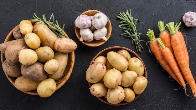 Pommes de terre ail et carotte sur table
