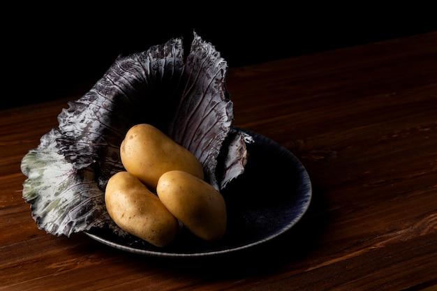 Pommes de terre à angle élevé sur assiette