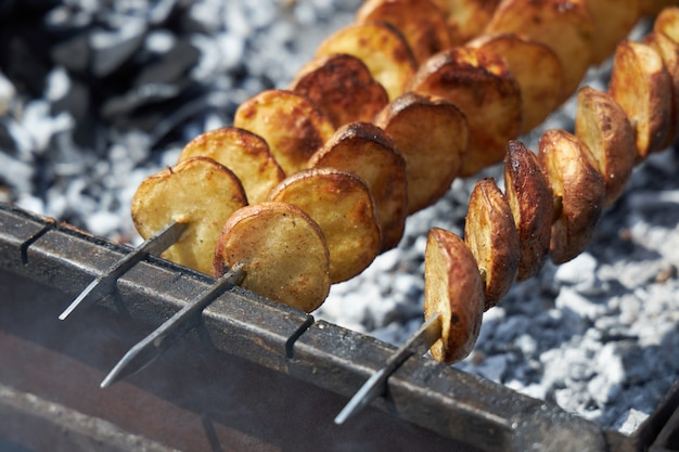 Des pommes de terre appétissantes à la croûte dorée et croustillante sont grillées
