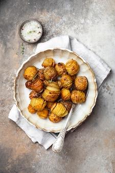 Pommes de terre au four au thym, romarin et ail