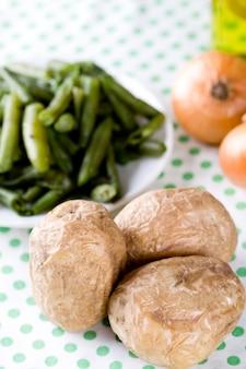 Pommes de terre au four et haricots français gros plan sur textile