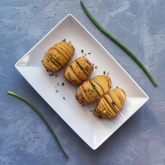 Pommes de terre au four avec des oignons et des épices. vue de dessus