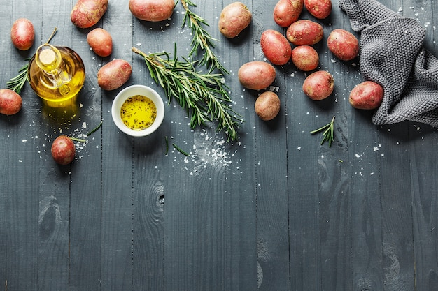 Pommes de terre biologiques brutes aux épices sur une table en bois