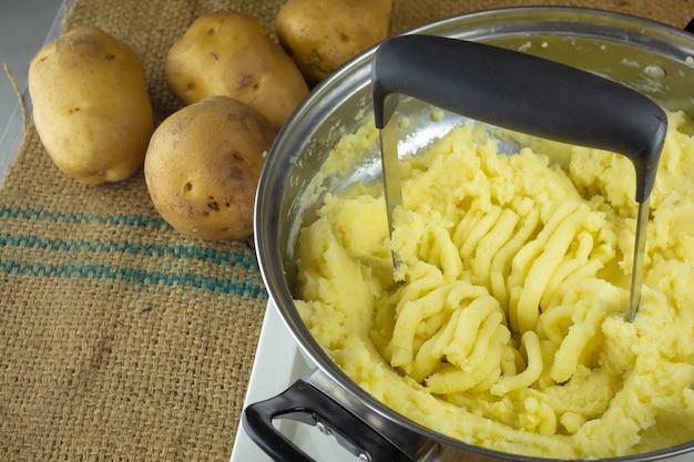 Pommes de terre bouillies écrasées avec presse-purée