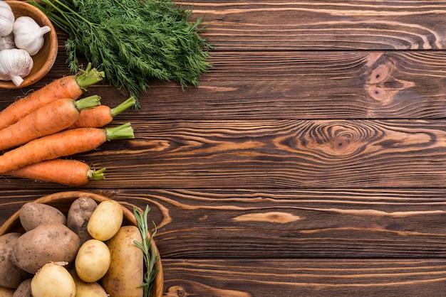 Pommes de terre carotte et ail avec copie-espace