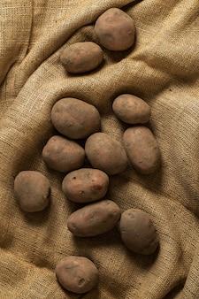 Pommes de terre sur couverture