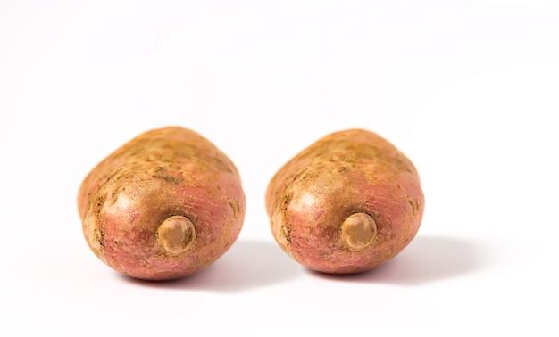 Pommes de terre crues sur fond blanc.
