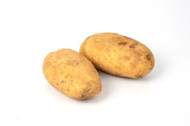 Pommes de terre crues sur fond blanc