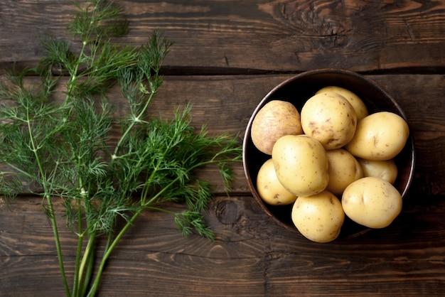 Pommes de terre crues sur table en bois
