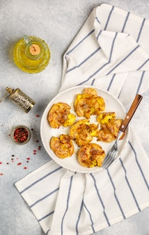 Pommes de terre cuites au four près de l'huile d'olive et des épices