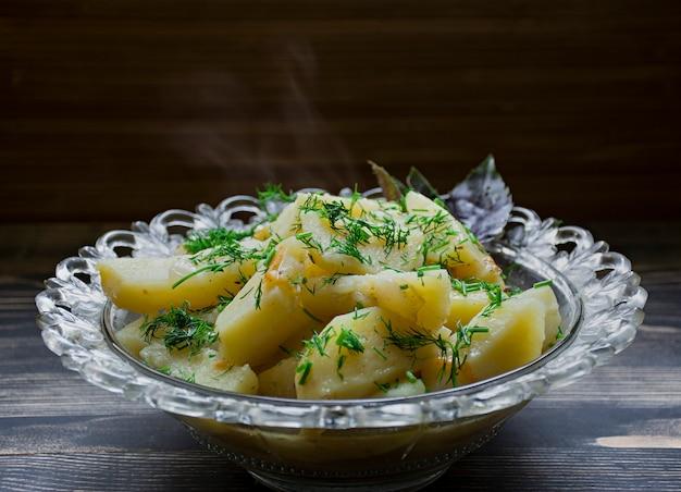 Pommes de terre cuites avec des légumes et des herbes. déjeuner savoureux et nutritif