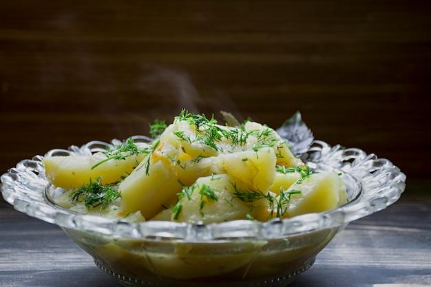 Pommes de terre cuites avec des légumes et des herbes.