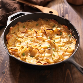 Pommes de terre festonnées dans une poêle en fer rustique