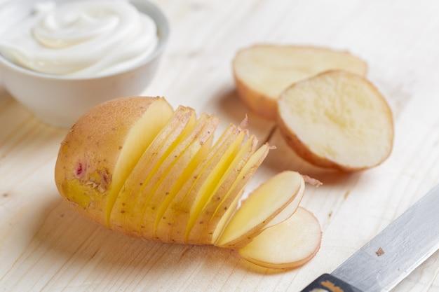 Pommes de terre fraîches sur le bois