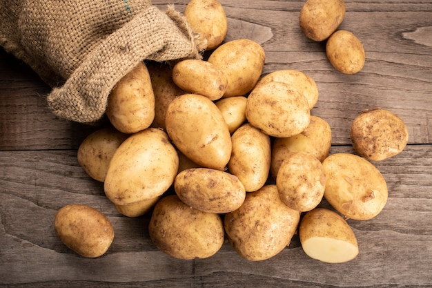 Pommes de terre fraîches sur bois