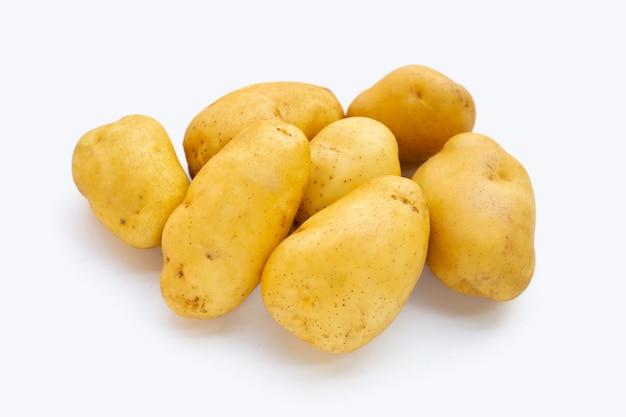 Pommes de terre fraîches sur fond blanc.