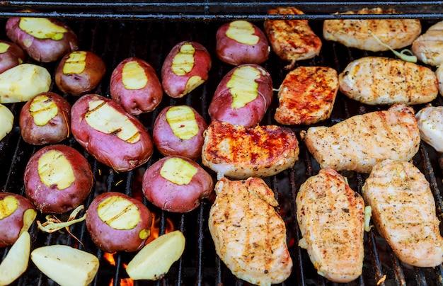Pommes de terre frites au bacon sur des brochettes. le concept de manger en plein air le week-end.