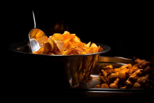 Pommes de terre frites dans une boîte en métal