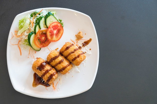 Pommes de terre frites avec sauce tonkatsu