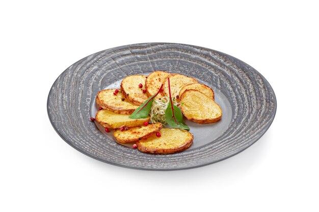 Pommes de terre frites servies sur assiette isolée