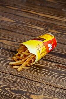 Pommes de terre frites sur une table en bois