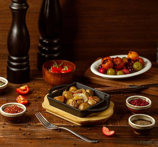 Pommes de terre frites sur la table