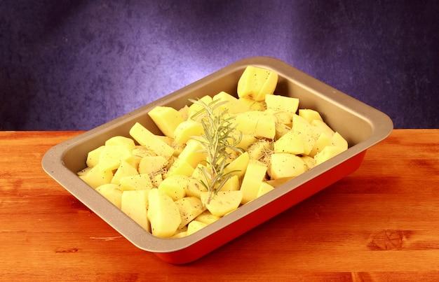 Pommes de terre hachées dans une casserole prête à cuire